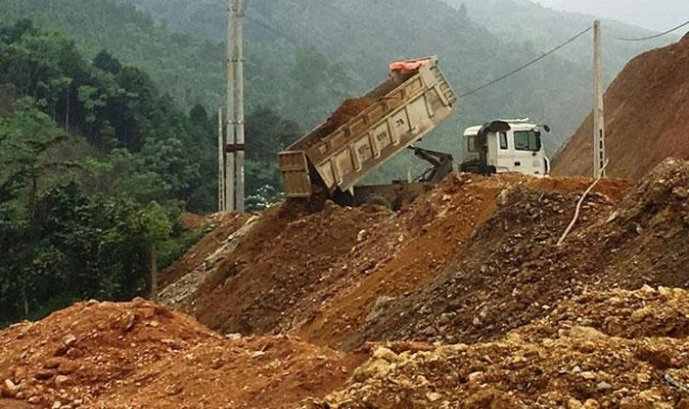 """Theo các chuyên gia, yêu cầu nhà thầu phải đề xuất cụ thể vị trí bãi đổ thải, có xác nhận cho phép đổ thải của đơn vị quản lý bãi đổ thải… là một dạng """"giấy phép con"""". Ảnh minh họa: Nguyễn Hoàng"""