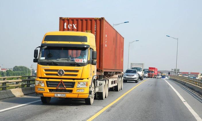 Bộ Giao thông vận tải chỉ đạo các cơ quan liên quan bảo đảm giao thông, vận tải thông suốt trên toàn quốc, tạo điều kiện thuận lợi nhất cho việc lưu thông hàng hóa. Ảnh: Lê Tiên