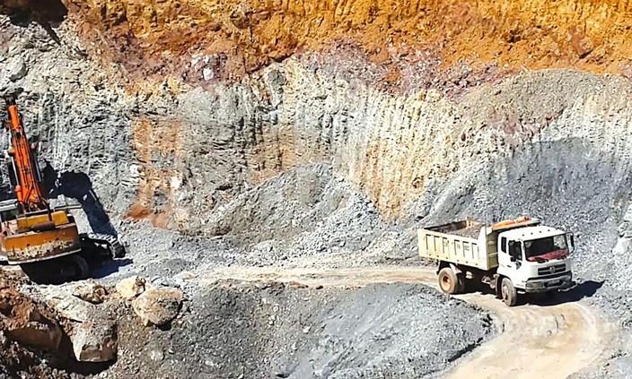 Việc cấp Giấy phép khai thác khoáng sản làm vật liệu xây dựng thông thường mất nhiều thời gian, thủ tục khiến nhiều dự án hạ tầng giao thông trọng điểm chậm tiến độ. Ảnh: Lê Tiên