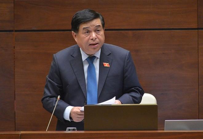 Bộ trưởng Bộ Kế hoạch và Đầu tư Nguyễn Chí Dũng trả lời chất vấn chiều 6/11 về nguồn lực đầu tư cho vùng đồng bào dân tộc thiểu số (Ảnh Quốc hội)