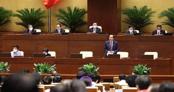Bộ trưởng Bộ Lao động - Thương binh và xã hội Đào Ngọc Dung giải trình ý kiến của các đại biểu quốc hội