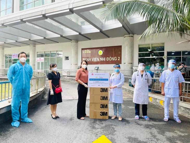 Bộ Kế hoạch và Đầu tư trao khẩu trang y tế cho cán bộ y tế tuyến đầu tham gia chống dịch Covid-19