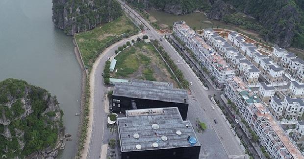 Khu đất Dự án Khách sạn Hạ Long Bay và Khu dịch vụ cao cấp tại khu vực Cột 3 có vị trí tiếp giáp Bảo tàng và Thư viện tỉnh Quảng Ninh; tiếp giáp mắt nước và núi đá (ảnh internet)
