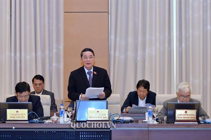 Chủ nhiệm Ủy ban Tài chính - Ngân sách Nguyễn Đức Hải trình bày báo cáo thẩm tra. Ảnh: Quochoi.vn