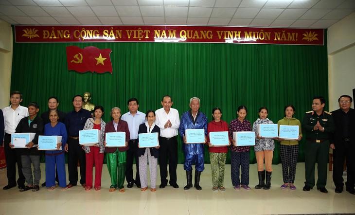 Phó Thủ tướng Trương Hòa Bình tặng quà cho nhân dân xã Hải Định, huyện Hải Lăng. Ảnh: VGP/Lê Sơn