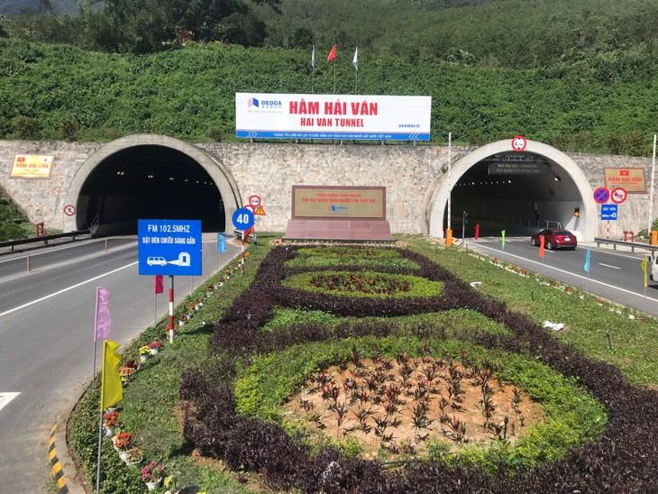 Mở hầm Hải Vân hỗ trợ người dân từ vùng dịch phía Nam về quê bằng xe máy