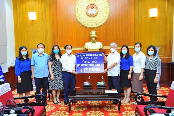 Lãnh đạo Bộ và đại diện Công đoàn Bộ Xây dựng trao tặng ủng hộ Quỹ Vaccine phòng Covid-19 đến lãnh đạo Mặt trận Tổ quốc Việt Nam