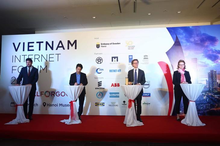 Đại diện Đại sứ quán Thụy Điển tại Việt Nam, UNDP, UNESCO, Hiệp hội Internet Việt Nam tại buổi họp báo về VIF19. Ảnh: Lê Tiên
