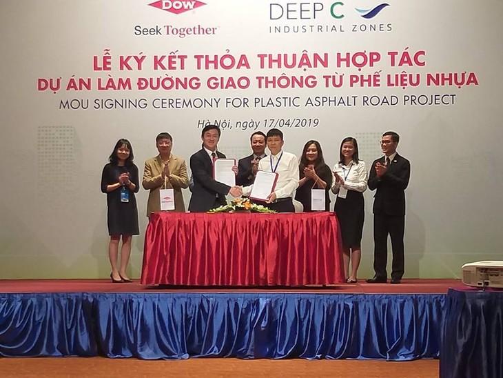 Lễ ký kết thỏa thuận hợp tác giữa Dow và Deep C