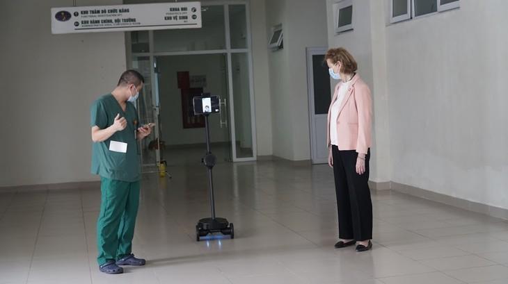 Thử nghiệm vận hành robot Ohmni tại Bệnh viện Bệnh nhiệt đới Trung ương