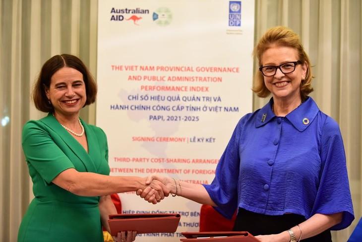 Đại sứ Australia Robyn Mudie và Đại diện thường trú của Chương trình phát triển Liên hợp quốc (UNDP) tại Việt Nam Caitlin Wiesen vừa ký Hiệp định đồng tài trợ.