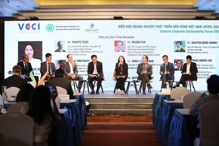 Các chuyên gia và đại diện doanh nghiệp cùng thảo luận về cách thức ứng phó, phục hồi, phát triển trong và sau khủng hoảng dành cho DN tại Hội thảo chuyên đề quản trị DN bền vững trong một xã hội đang thay đổi.