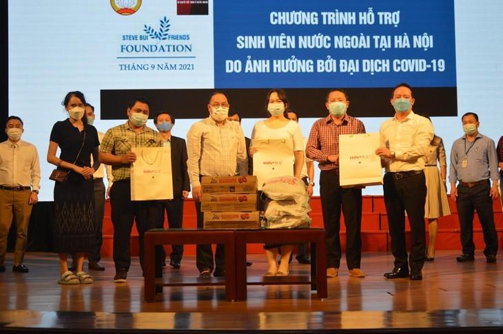 Đại diện Quỹ Steve Bùi và những người bạn trao quà cho sinh viên quốc tế tai các trường đại học trên địa bàn Hà Nội