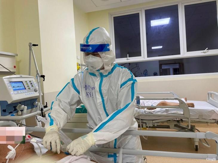 Các y bác sĩ đang điều trị bệnh nhân Covid-19 trong Bệnh viện Hồi sức Covid-19 tại TP.Thủ Đức, TP.HCM