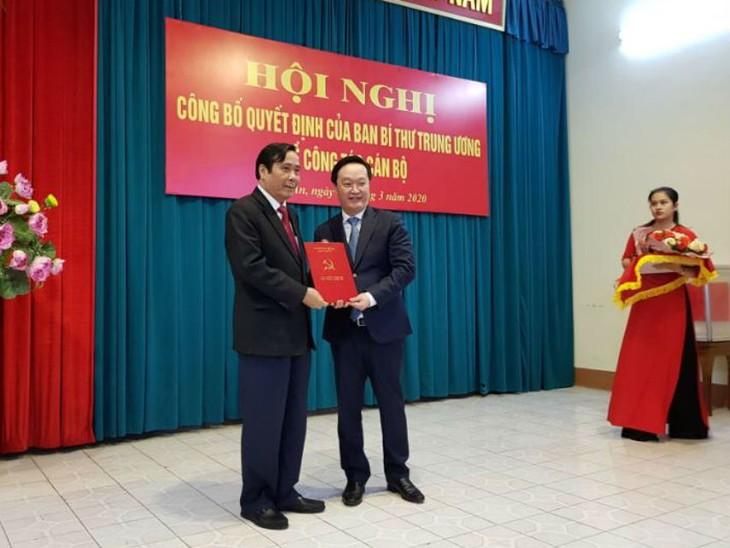 Ông Nguyễn Thanh Bình, Ủy viên Ban Chấp hành Trung ương Đảng, Phó Trưởng ban Thường trực Ban Tổ chức Trung ương trao Quyết định của Ban Bí thư Trung ương cho ông Nguyễn Đức Trung