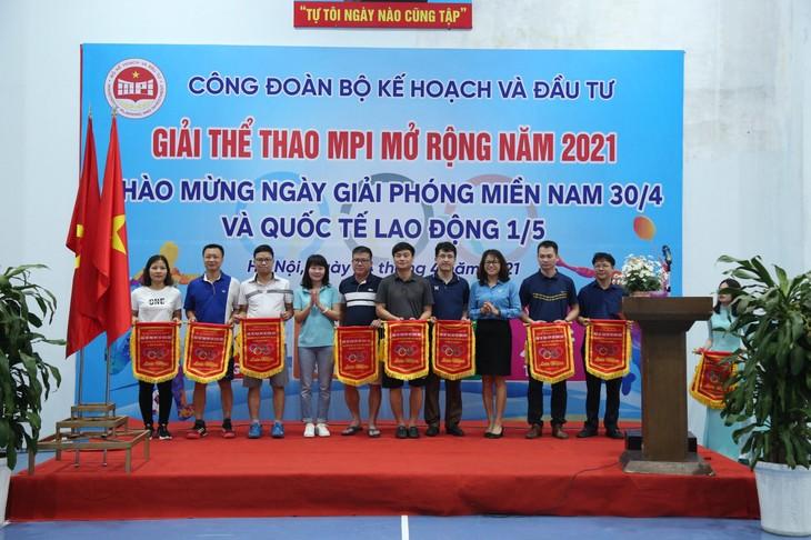 Ban Tổ chức trao cờ lưu niệm cho đại diện các đoàn tham gia thi đấu Giải thể thao MPI mở rộng năm 2021 - ảnh Lê Tiên