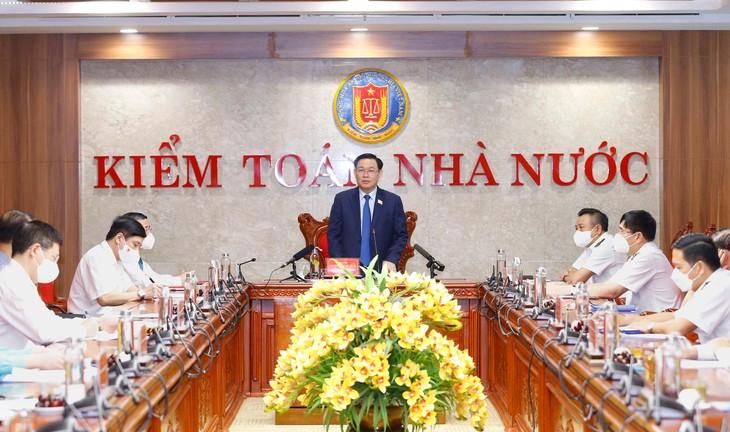 Chủ tịch Quốc hội Vương Đình Huệ đề nghị Kiểm toán Nhà nước xây dựng kế hoạch kiểm toán năm 2022 đi sâu vào vấn đề trọng tâm, tháo gỡ các điểm nghẽn hiện nay để sau đại dịch phục vụ phát triển kinh tế, xã hội - ảnh Thành Chung