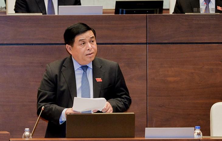 Bộ trưởng Bộ Kế hoạch và Đầu tư Nguyễn Chí Dũng phát biểu trước Quốc hội