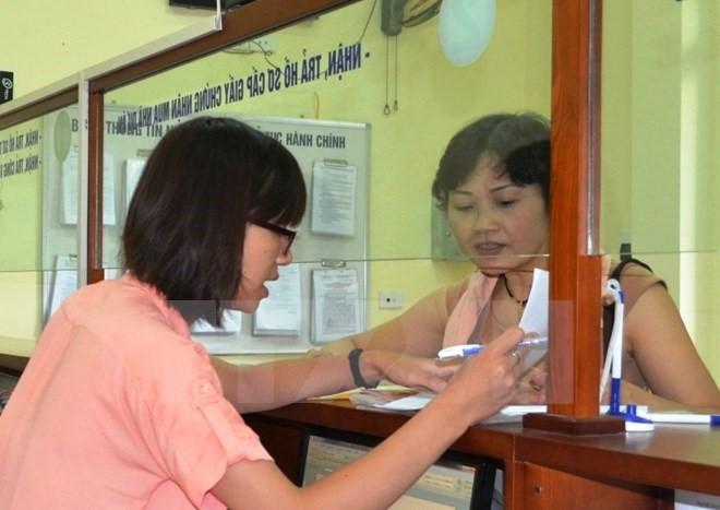 Hướng dẫn thủ tục cho người dân tại bộ phận một cửa Văn phòng Đăng ký đất đai Hà Nội tại tầng 1-2 nhà N1 A-B, khu đô thị Trung Hòa-Nhân Chính, quận Thanh Xuân, Hà Nội. Ảnh: TTXVN