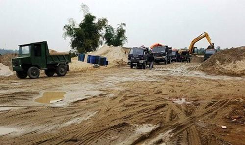Một điểm tập kết cát trái phép trên bờ sông Chu, huyện Thọ Xuân. Ảnh: L.S.