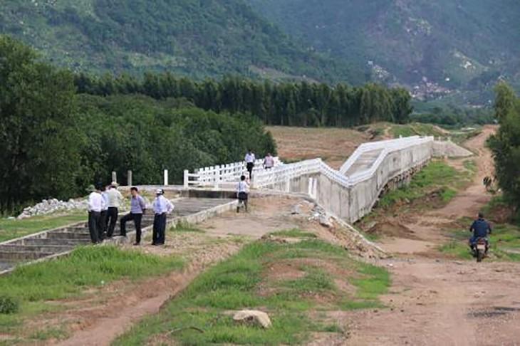 Một đoạn cầu máng dài 120 m bị hư hỏng, sụp lún. Ảnh: Nguyễn Thanh - TTXVN