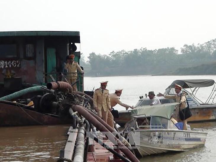 Lực lượng Cảnh sát giao thông đường thủy - Công an tỉnh Bắc Ninh bắt giữ một vụ khai thác cát sỏi trái phép trên sông Đuống.