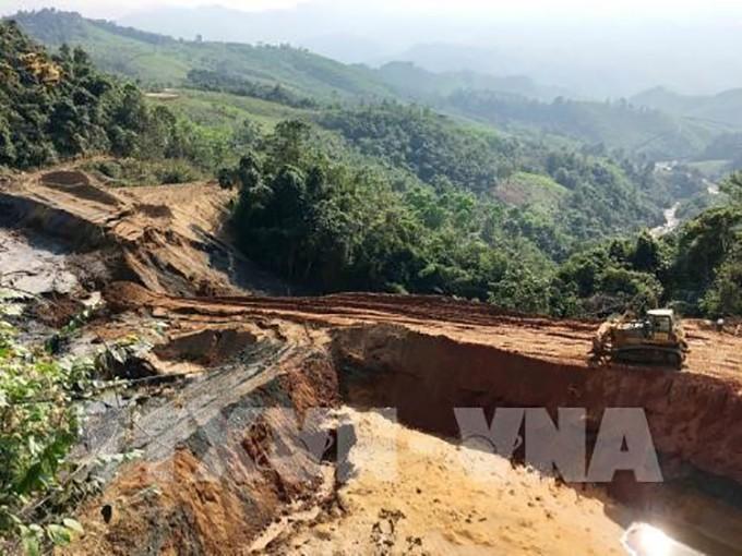Hiện trường sự cố vỡ đập chứa bùn thải quặng của Xí nghiệp thiếc Suối Bắc tại xã Châu Thành, huyện Quỳ Hợp (Nghệ An). Ảnh: TTXVN
