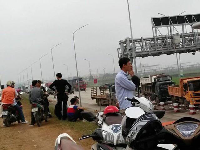 Người dân dàn phương tiện phản ứng việc thu phí quá cao tại Trạm thu phí Tam Nông (Ảnh: N.H)