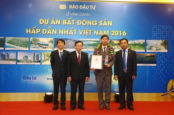 Ông Lê Khắc Hiệp, Phó chủ tịch Vingroup nhận Chứng nhận từ Ban tổ chức với 2 dự án được vinh danh là Vinhomes Golden River và Vinhomes Metropolis