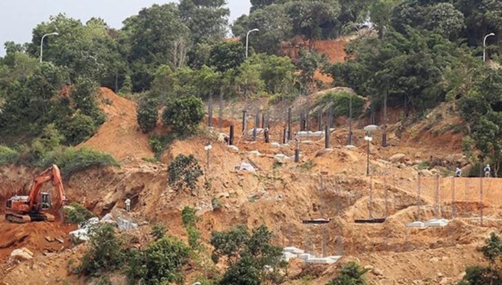 Dự án khu du lịch sinh thái Biển Tiên Sa đang băm nát bán đảo Sơn Trà. Ảnh Infonet