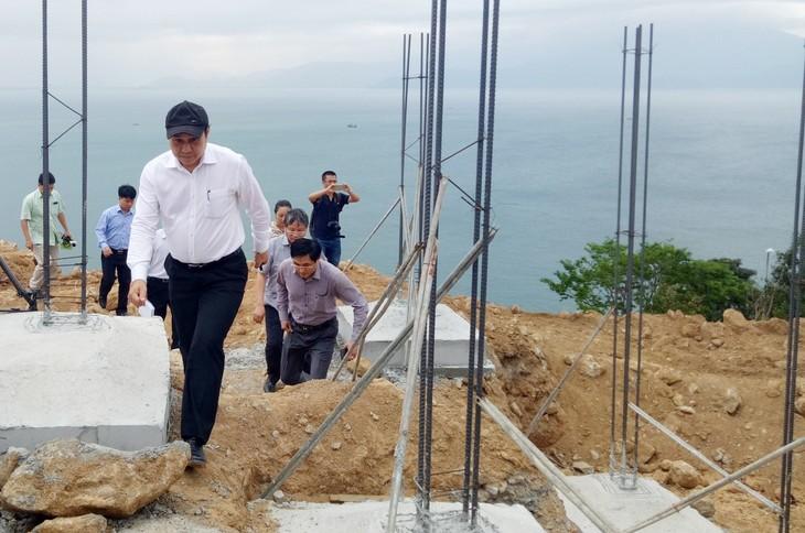 Đoàn công tác thị sát trên bán đảo Sơn Trà.