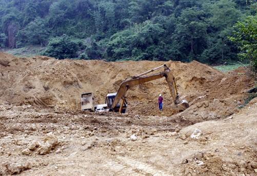 Máy múc đào bới để lấy quặng ở xã Thượng Ấm, huyện Sơn Dương (Tuyên Quang). Ảnh: Quang Đán/TTXVN