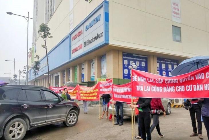 Cư dân Hồ Gươm Plaza căng băng rôn yêu cầu chủ đầu tư thực hiện các quyền lợi của cư dân.