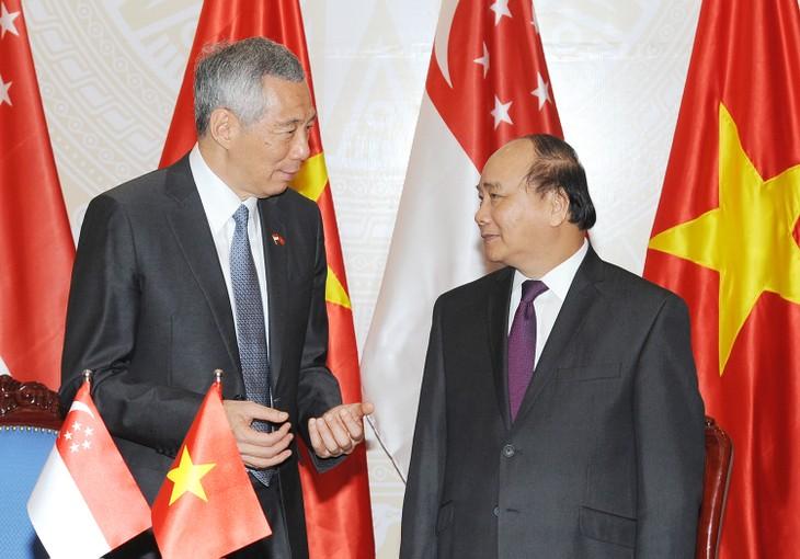 Tại hội đàm, hai Thủ tướng cho rằng, hai bên cần tăng cường xây dựng lòng tin chiến lược, thúc đẩy hợp tác hội nhập và làm sâu sắc hơn nữa quan hệ đối tác chiến lược Việt Nam-Singapore. Ảnh: VGP