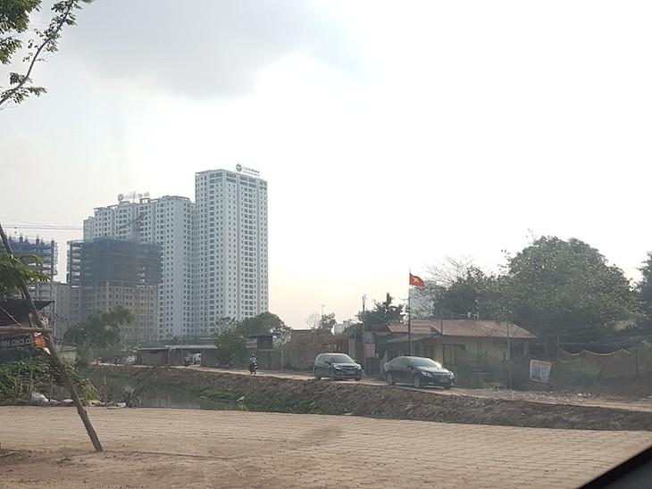 Lối vào duy nhất của dự án là con đường đất chạy ven mương từ đường Võ Chí Công vào.