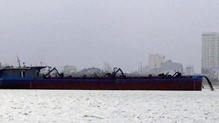 Những tàu được thuê hút và bơm cát tại Cửa Đại - Hội An lại đang bơm cát vào bờ công trình lấn biển đô thị Đa Phước ở Đà Nẵng vào sáng ngày 15-3 - ảnh PV cắt từ clip