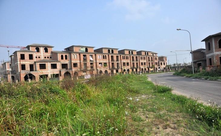 Nằm trong Khu đô thị Nam An Khánh (Hoài Đức, Hà Nội), dãy nhà biệt thự do Công ty cổ phần Đầu tư phát triển đô thị và khu công nghiệp sông Đà (Sudico) làm chủ đầu tư đã được xây xong phần thô nhưng chưa có người đến ở.