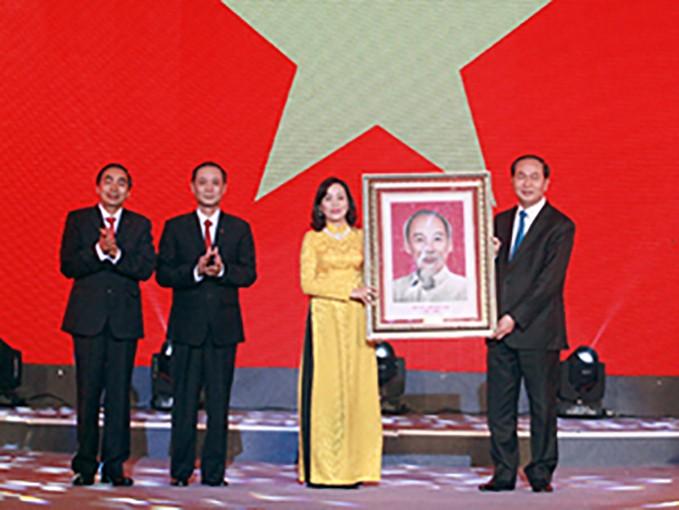 Chủ tịch nước Trần Đại Quang trao tặng bức chân dung Chủ tịch Hồ Chí Minh cho Đảng bộ, chính quyền và nhân dân tỉnh Ninh Bình. Ảnh: Báo Ninh Bình