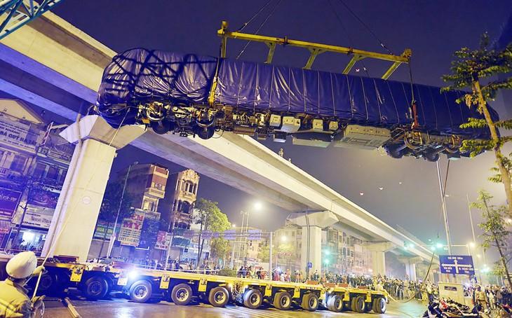 Đầu máy trong số hai đoàn tàu của tuyến đường sắt trên cao Cát Linh - Hà Đông được đưa lên đường ray đêm 20/2/2017. Ảnh: Lê Hiếu