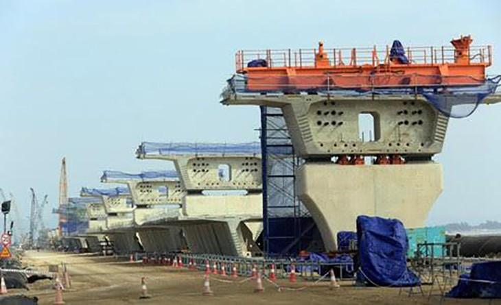 Thi công cầu vượt biển dự án Tân Vũ - Lạch Huyện. Ảnh:TTXVN