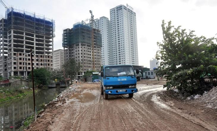 Mưa kéo dài trong những ngày qua khiến cho lối vào các chung cư trở nên lầy nhếc nhác, bẩn thỉu.
