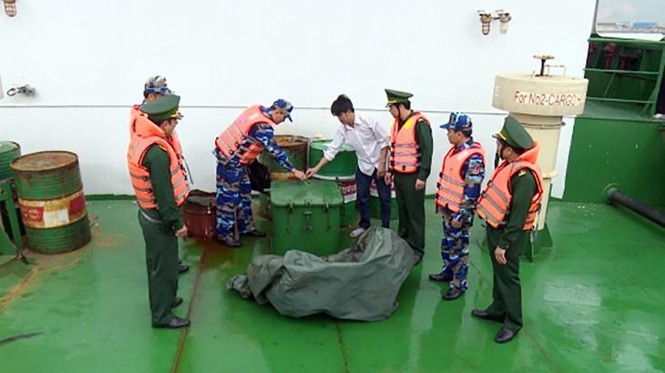 Đoàn kiểm tra BĐBP tỉnh Thừa Thiên Huế phối hợp với Vùng Cảnh sát Biển 2 kiểm tra phương tiện vi phạm.