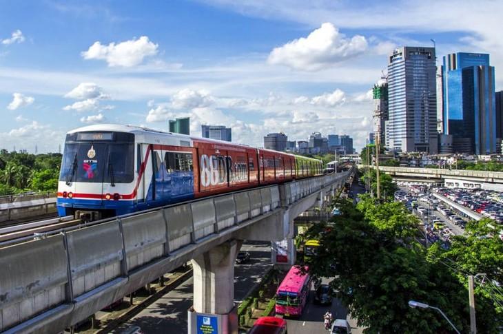 Hệ thống tàu điện đô thị trên cao của Bangkok có tên gọi BTS Skytrain đi vào hoạt động từ năm 1999, với 2 tuyến đường và 34 nhà ga.
