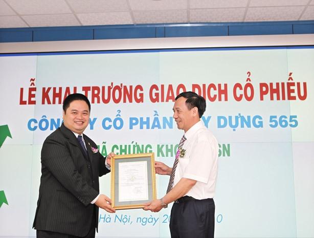 Công ty CP Xây dựng 565 nhận giấy chứng nhận niêm yết lần đầu trên HNX năm 2010. Ảnh: Tường Lâm