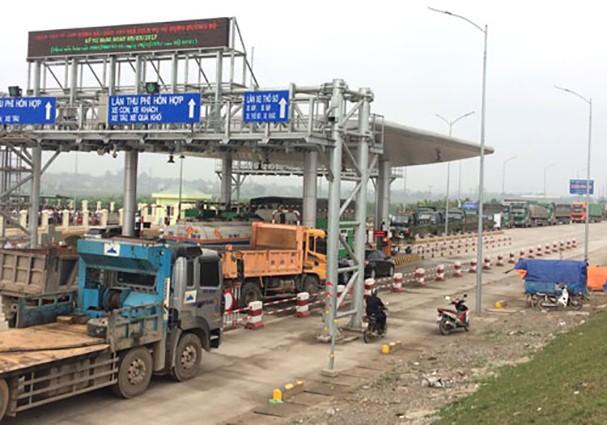 Người dân địa phương đưa phương tiện dàn hàng ngang tại trạm thu phí BOT Tam Nông ngày 13/3.