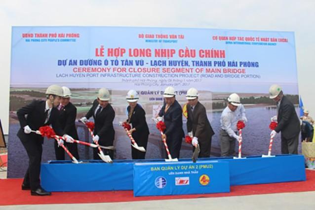 Lễ hợp long nhịp cầu chính dự án cầu đường ô tô Tân Vũ - Lạch Huyện ngày 6/1/2017.