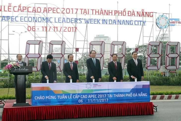 Chủ tịch nước Trần Đại Quang cùng lãnh đạo TP. Đà Nẵng bấm nút khởi động đồng hồ đếm ngược chào mừng Tuần lễ Cấp cao APEC 2017. Ảnh: VGP