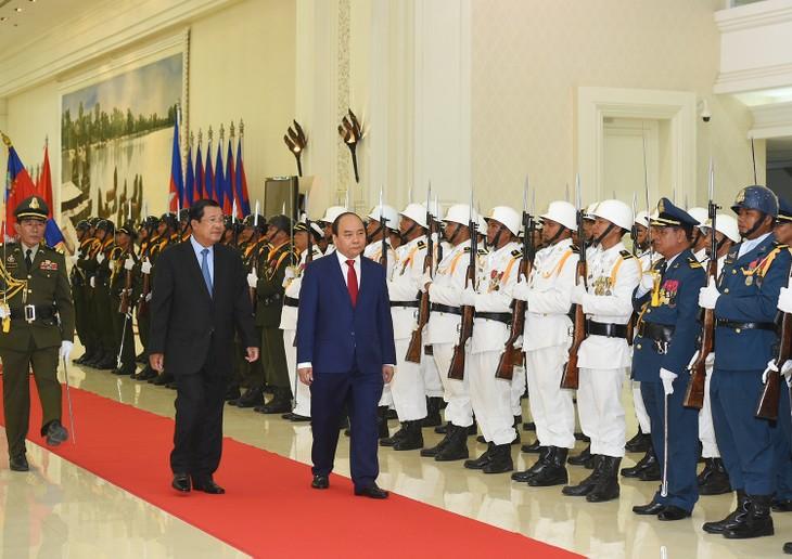 Lễ đón chính thức Thủ tướng Nguyễn Xuân Phúc và Đoàn cấp cao Chính phủ Việt Nam tại Cung Hòa bình, thủ đô Phnom Penh. Ảnh: VGP