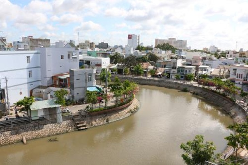 Một góc bờ kè rạch Tham Tướng, quận Ninh Kiều, thành phố Cần Thơ. Ảnh: TTXVN