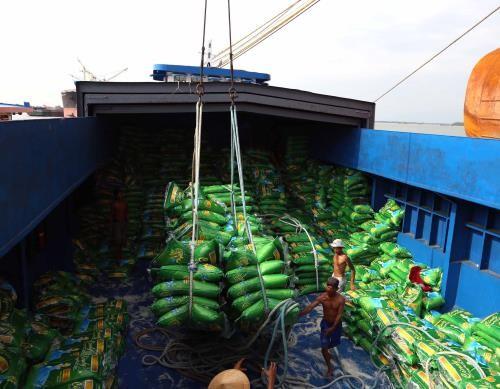 Bốc xếp gạo xuất khẩu của Tổng Công ty lương thực miền nam tại cảng Sài Gòn. Ảnh: TTXVN